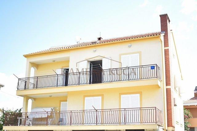 Zadar Diklo- stan na 1. katu kuće, etažiran, 150 m od mora!