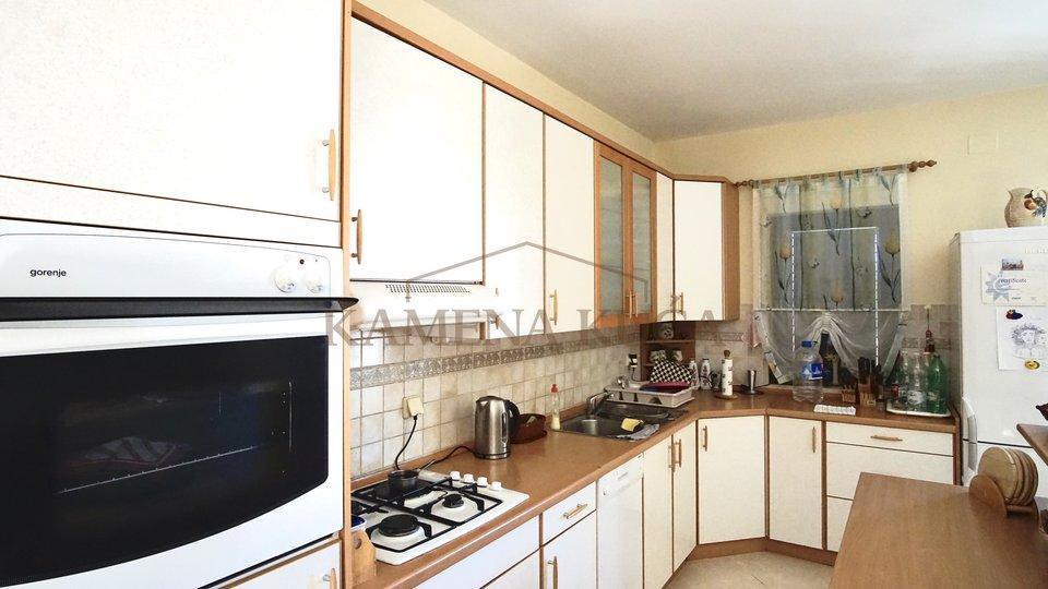 Prilika! Kuća sa 2 stana + apartman*180m od mora*Vrsi